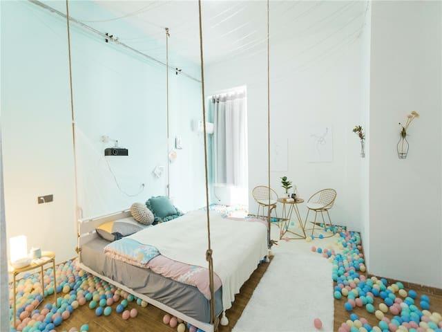 中环城《星空海洋球浪漫吊床》大屏投影,温馨色彩,床可落地可吊起