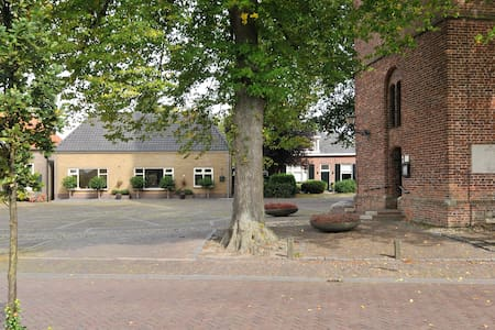 gerestaureerd pand op kerkplein - Geesteren - Srub