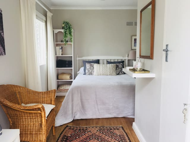 Double bedroom with private entrance in Cape Town
