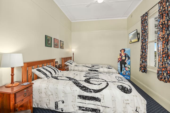 Slim Dusty themed Twin Single Room - West Kempsey - Guesthouse