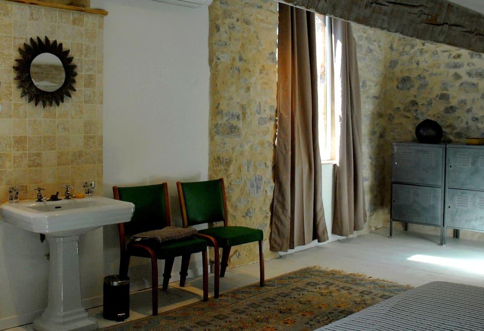 La chambre (lavabo sur colonne et commode)