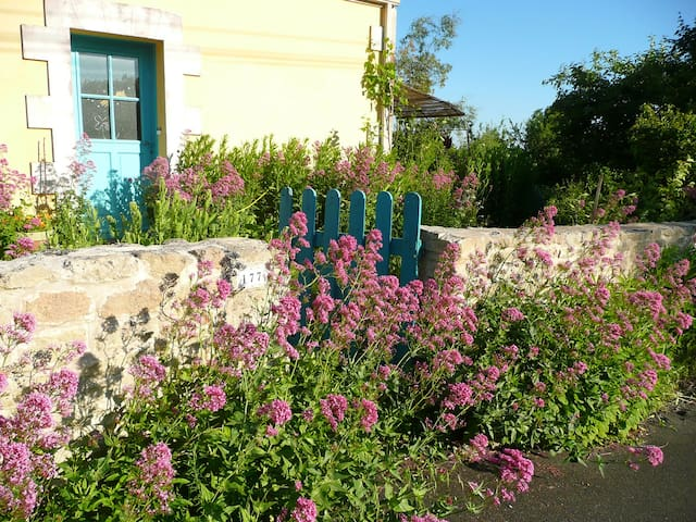 Chambre privée dans maison colorée avec jardin - Niort - House