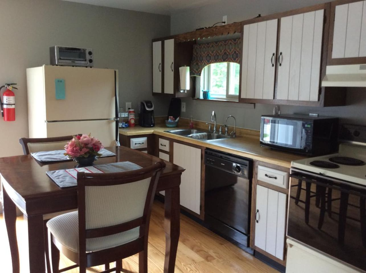 Our cozy, country space features full-sized fridge, stove, and dishwasher and also includes a microwave and toaster oven. The eat-in kitchen is equipped with a table and padded chairs.