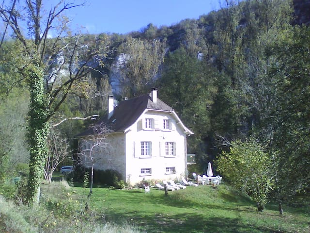 Stone house in beautiful riverside setting. - Cabrerets - Hus