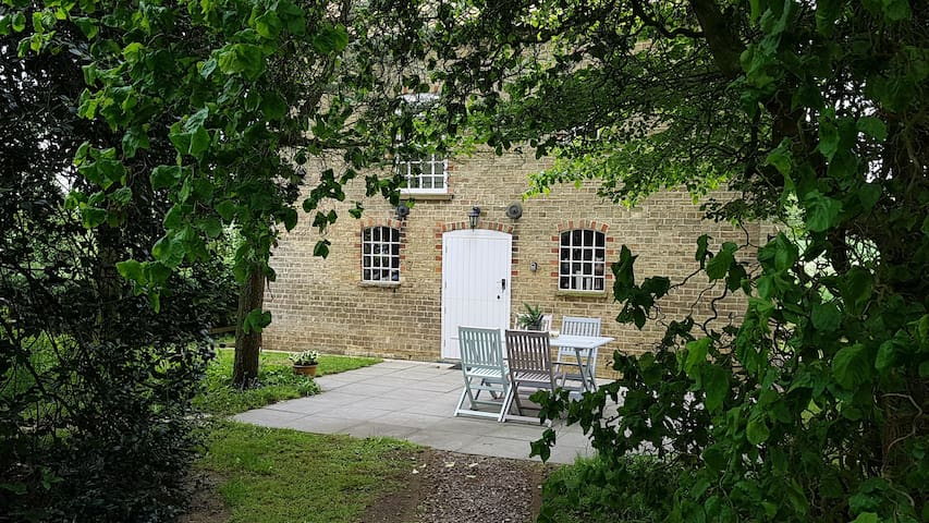 Country cottage close to Lincoln. Dog friendly.