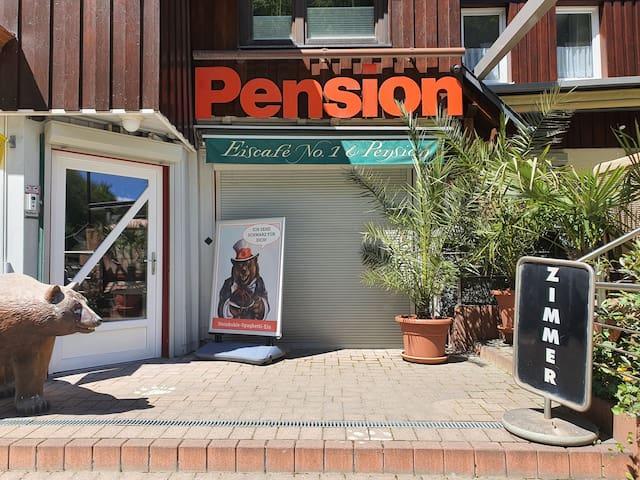 Eingang Numero1-Pension und Cafe