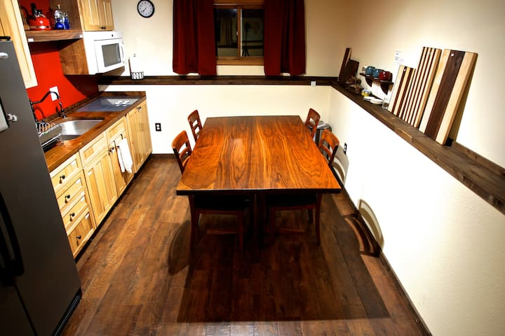 Private Lower Level -Log Cabin feel -Near Airport!