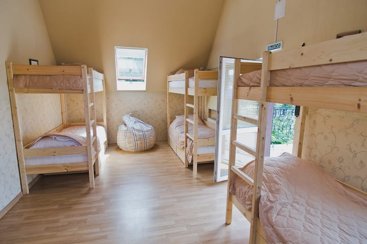 Спальное место в женском номере Ласточка