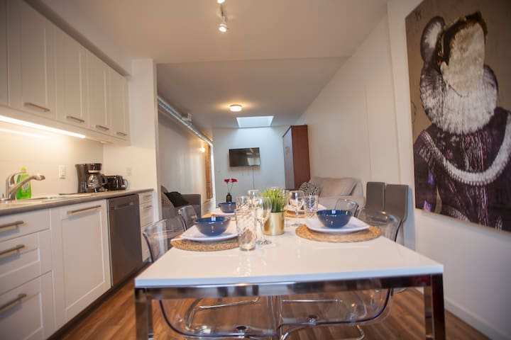 Condo style apartment on Bloor Sleeps 7