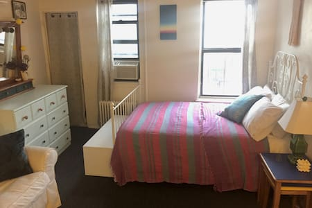 Cheerful, Sunny Carroll Gardens Studio - Brooklyn - Apartment