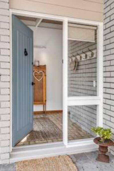Open the front door and let the relaxing begin in this fabulous, welcoming getaway!