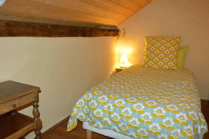 chambre sur cour - grand lit king size possible - à l'étage