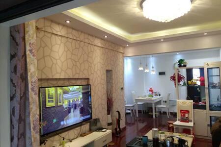 江夏区菩提苑小区大床房1.8*2.0米,雅兰床垫,美的空调全实木地板 - Wuhan