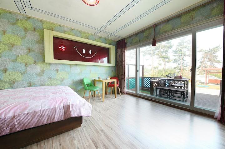 초록이 무성한 나무들로 채워진 벽에 마음까지도 편안해지는 오션송(개별노천탕) 객실