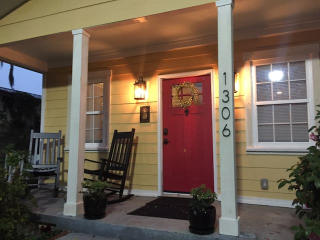 The Sunshine Cottage ~ 2 BR/2BA 7 mins to Downtown