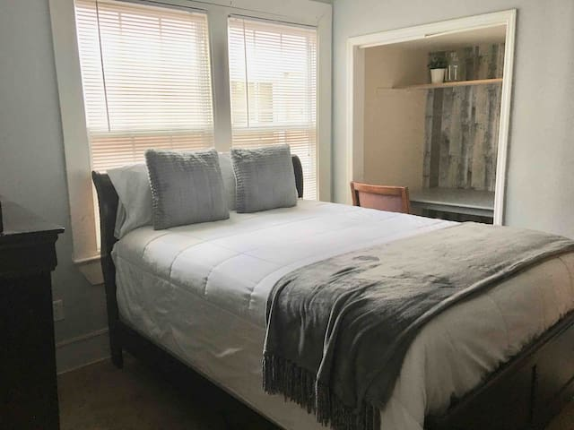 Master Suite w/Bath near downtown and 5 mi Airport