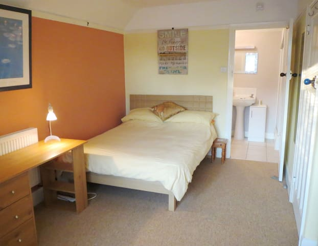 Quiet Ensuite Double Room close to Luton & airport - Luton
