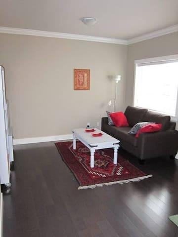 Quiet independent 1 BDRM suite, moderm design - Richmond - House