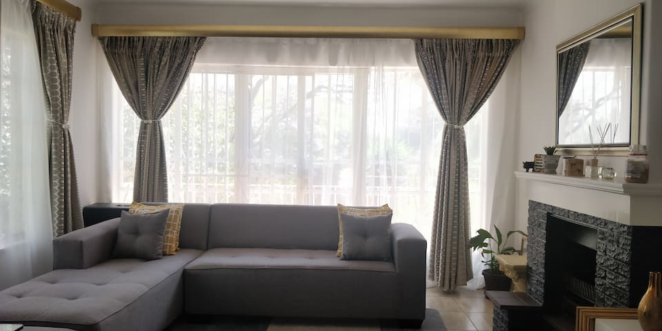 Sandton / Melrose beautiful homely apartment +WIFI