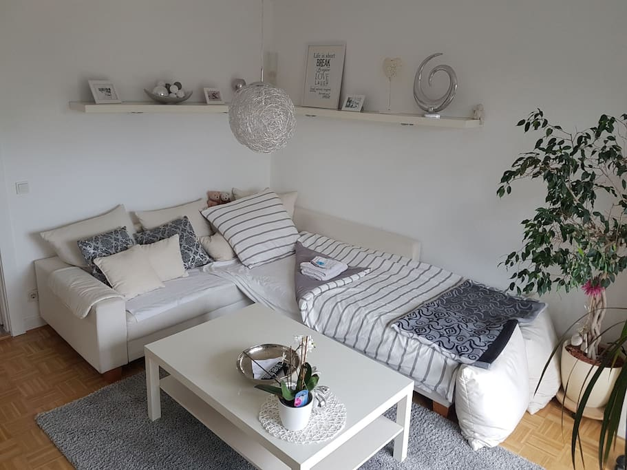 helles zimmer mit balkon in winterhude planetarium apartments for rent in hamburg hamburg. Black Bedroom Furniture Sets. Home Design Ideas