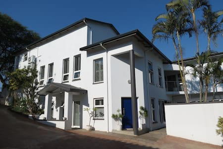 Stunning up market modern home near main beach - Amanzimtoti - Casa