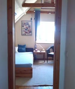 Schönes, geräumiges Zimmer in Einfamilienhaus - Apartment