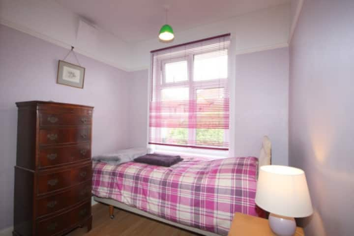 cosy single room, use of house