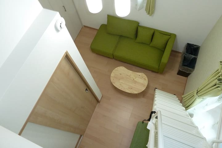 Room 201:Tall ceiling makes the living room feels more open and wide. The sofa is big enough for 3 adults.天井が高く、開放感のあるリビングルーム。ソファは3名がゆったりとくつろげます。