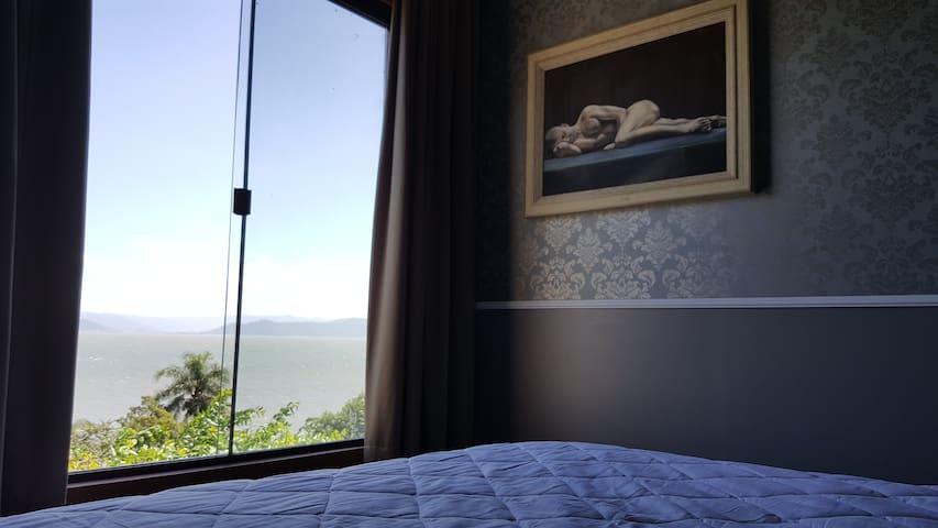 Quarto com cama king. Com vista plena para o Mar.