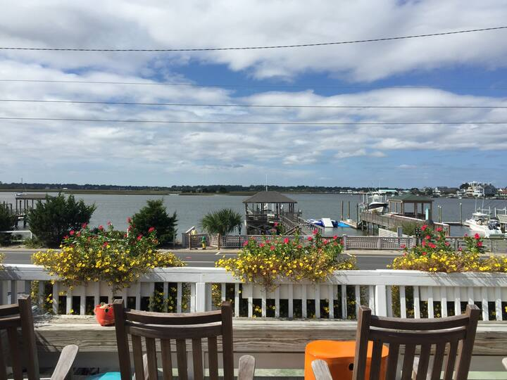 Beautifully Decorated Cottage! Steps from the Beach and Private Dock!