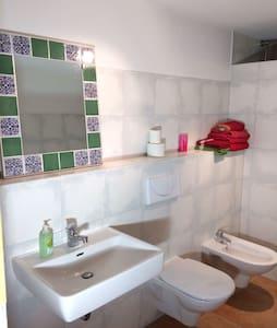 großes, ruhiges Zimmer mit Bad in Stadtnähe - Donaueschingen - Ev
