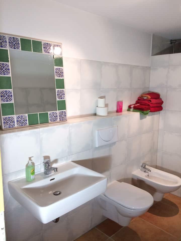 großes, ruhiges Zimmer mit Bad in Stadtnähe