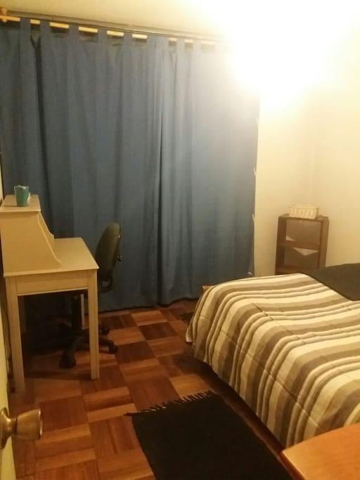 habitación con escritorio y repisa