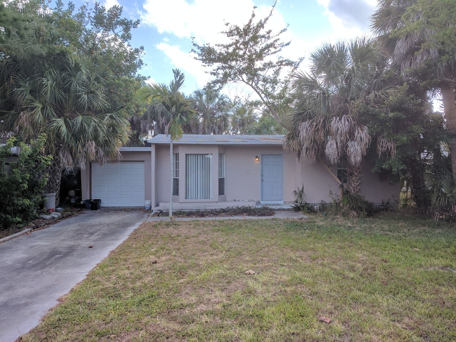 A classic little Florida house on a quiet street of a quiet neighborhood. A 5-minute bike ride or 10-minute walk to the beach.