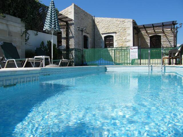 Manolis, 3 bedrooms, pool, BBQ!