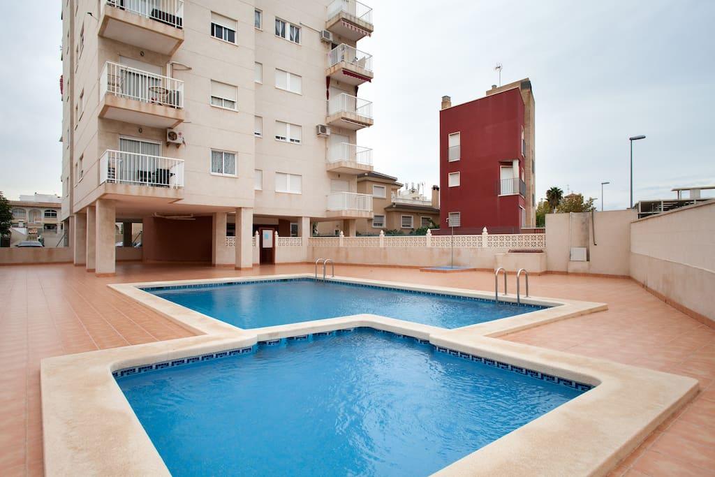 2dormitorio piscina cada mes wi fi apartamentos en for Piscina torrevieja