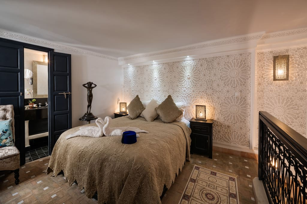 The mezzanine bedroom has an amazing plaster wall immediately behind the bed.