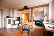 Wohnzimmer mit Küche; von Oktober bis Mai muss der Kamin gefüttert werden
