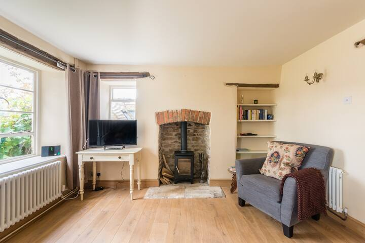 Cosy stone cottage in Tetbury for up to 4 people