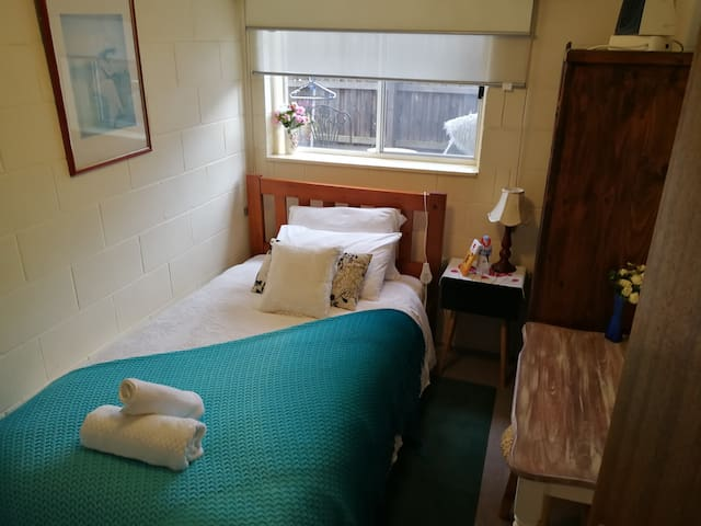 close geelong station a single secured room 9