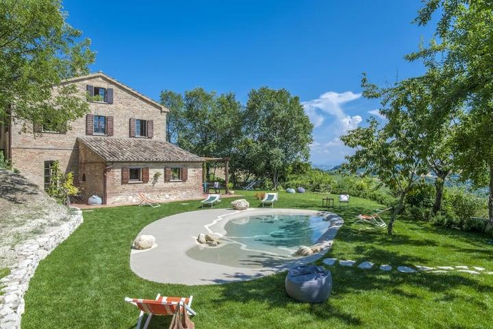 Villa tradicional en Montefelcino con piscina