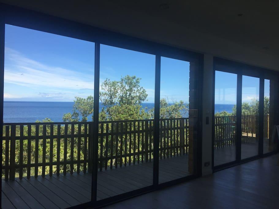 Une vue exceptionnelle entre mer et nature avec 150 m² de terrasses en suspension et le bord de mer à 350 mètres