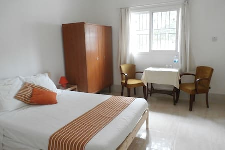VILLA CALLIANDRA Bijilo, nice room with double bed - Bed & Breakfast