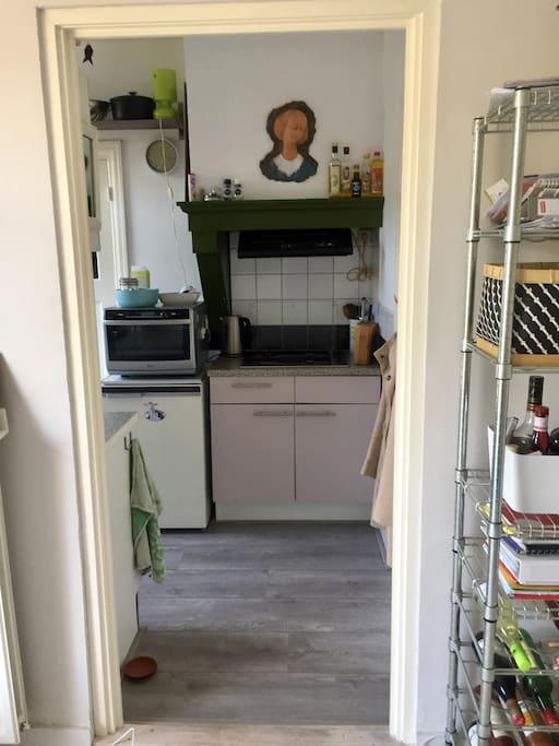 Zicht op de keuken vanuit de woonkamer.