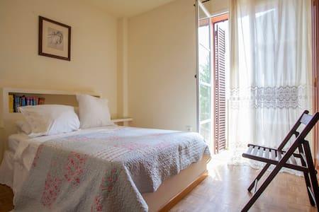 Lovely bedroom with private bathroom and pool - Valencina de la Concepción - Almhütte