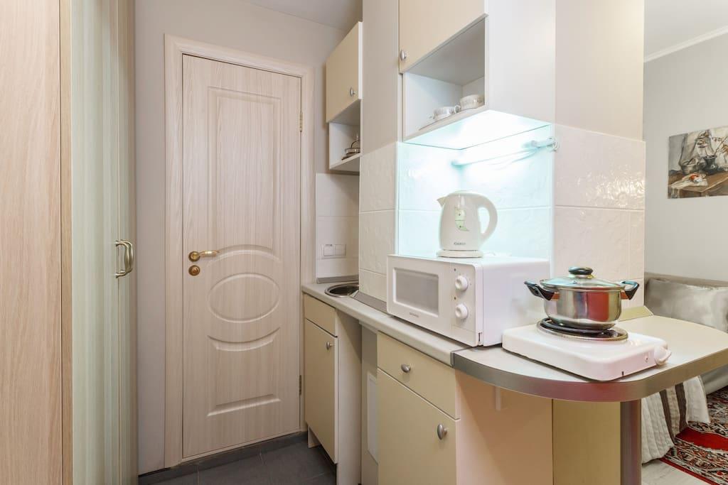 """Номер-студио """"Старый город"""": кухонный гарнитур с плитой, холодильником, микроволновкой, мойкой и чайником; шкаф для одежды"""