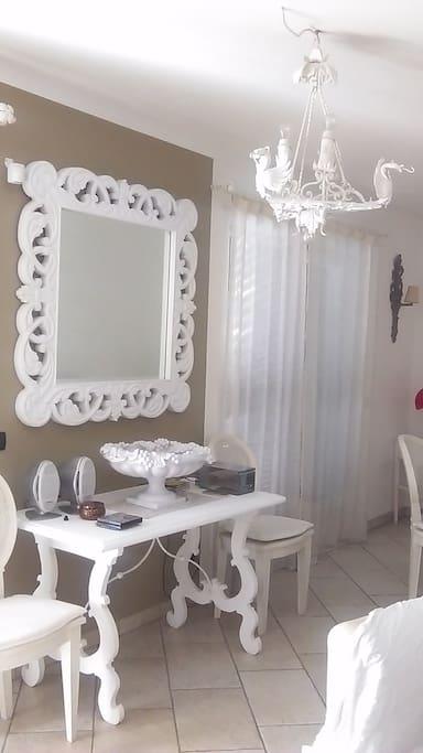 Un angolo del soggiorno-sala da pranzo