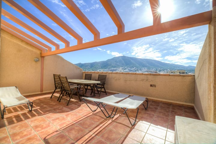 Centric penthouse with great views and 3 bdrs.