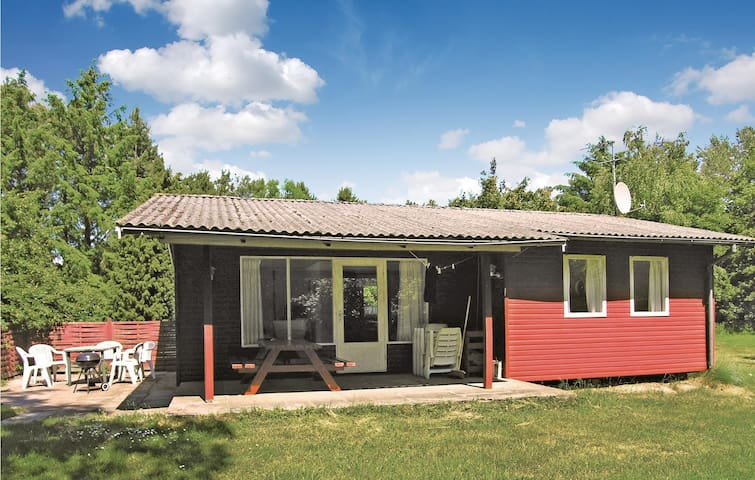 Holiday cottage with 3 bedrooms on 54m² in Aakirkeby