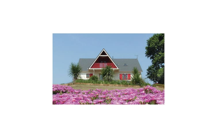 Holiday cottage with 4 bedrooms on 170m² in Yvias